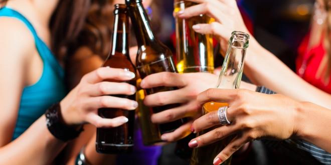 Consumo excessivo de álcool na balada expõe homens e mulheres a riscos diferentes