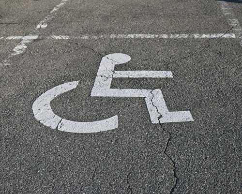 Projeto prevê aumentar multa para quem estacionar em vaga de idoso ou deficiente