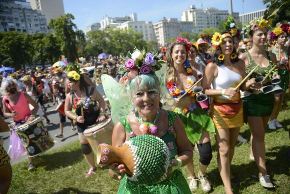 Bloco ecológico arrasta foliões fantasiados de flores no centro do Rio