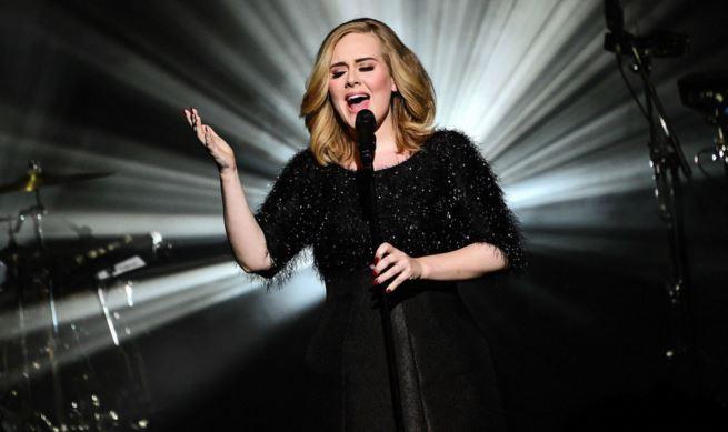 Adele é anunciada como headliner do Glastonbury 2016