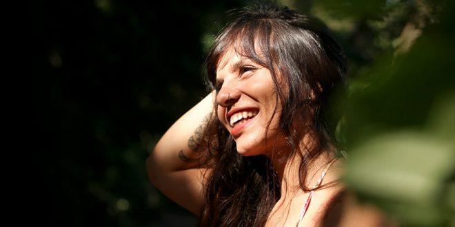 """Espiritualidade e delicadeza se encontram no disco """"Ecos"""", da geóloga Bia Sabino"""